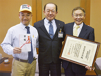 右から戸津会長、遠藤市長、松橋淳郎副会長