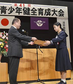 遠藤市長(左)から表彰状を受け取る受賞者