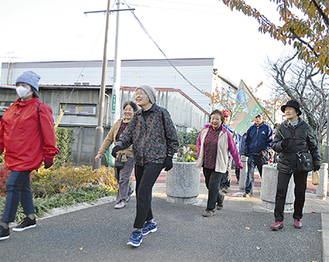 気温の低い中、笑顔で歩く参加者