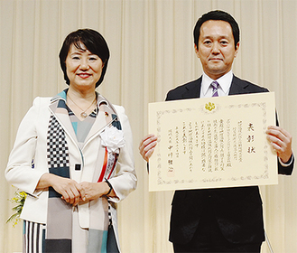 帖佐社長(右)と渡嘉敷奈緒美環境副大臣