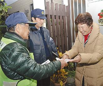 戸別訪問する署員と横前会長(左)