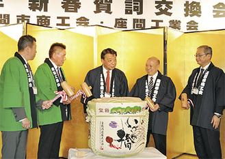 鏡開きをする長本会長(中央)と窪会長(左から2人目)ら参加者