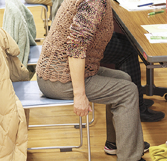 講座で骨盤体操を体験する市民