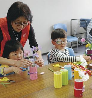 生け花を教わる子どもたち