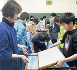 ひまわり和紙作りを体験する児童