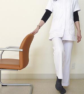 椅子を使った片脚立ち