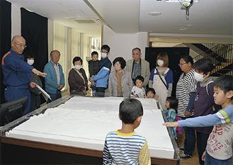 2階の防災展示コーナーを見学する参加者