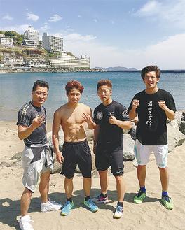 井上尚弥選手(右から3番目)=後援会提供、熱海にて