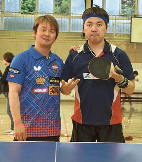 三田村宗明さん(左)と竹田隆選手