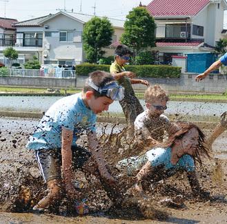 泥の中へ思いっきり飛び込む参加者