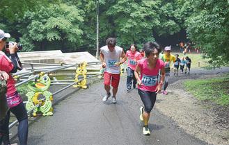 芹沢公園の坂道を走る参加者