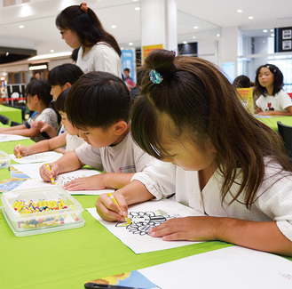 ざまりんの塗り絵を楽しむ子どもたち