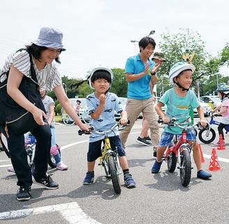 30分で乗れる自転車教室に参加する親子