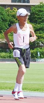 神奈川マスターズ陸上競技選手権大会3千m走で力走する松井松夫さん