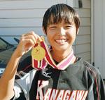 メダルを手に笑顔