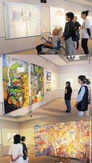 来場者に作品の説明をする3人。(写真上)角川真穂子作品「家族の風景」(写真中)桑原杏咲作品「なにもわるくない」(写真下)本間ナナ作品「祖先以前的」