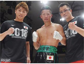 世界挑戦権を手にした拓真選手(中央)。兄・尚弥選手(左)、父・真吾さんと勝利を喜ぶ=同後援会提供