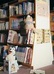 ▶誰もいなくなった図書館で本を探し読むぬいぐるみ