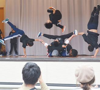 観客を沸かせたブレイクダンスショー
