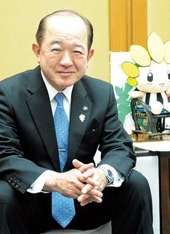 インタビューに答える遠藤三紀夫座間市長