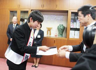南部署長から委嘱状と名刺を受け取る久保田君