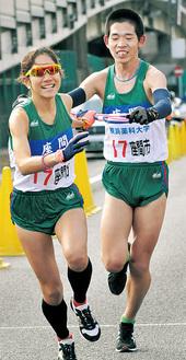第3中継所で吉田香澄選手(左)にタスキを渡す鎌田虎太郎選手