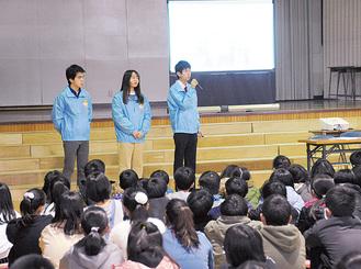小学生の前で活動をPRし大使の魅力を紹介をする(2/9栗原小学校)