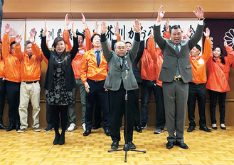 後援者らと万歳で当選を喜ぶ芥川薫氏(前列右)=同氏事務所提供