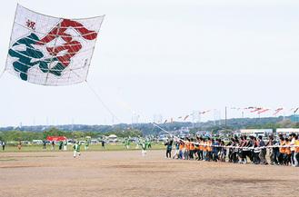 大凧が舞うと会場は大きな拍手に包まれた(提供写真)