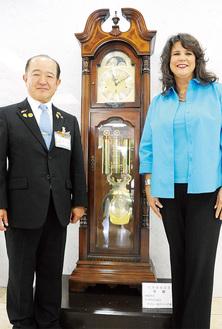 思い出の古時計の前で遠藤三紀夫市長(左)とメアリー・エスター・リード市長