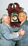 座間市庁舎を訪れたリー・ビクトリーさん(左)=当時の星野勝司市長と(1999年)