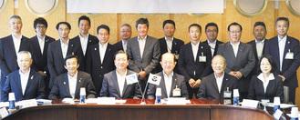 会議に参加した遠藤座間市長(中央右)と老松大仙市長(中央左)