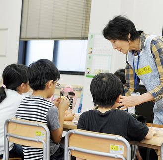 放課後児童支援員と遊ぶ児童ら=児童ホームみらい