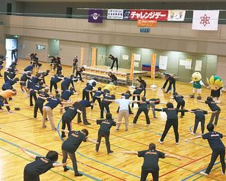 オープニングイベントで体操に取り組む参加者