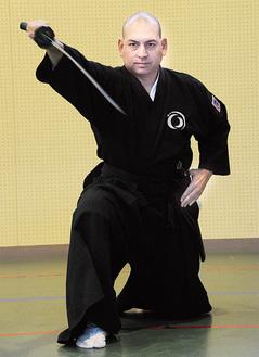 形を披露するマイケル・バンクロフトさん(入谷小体育館=6/15)