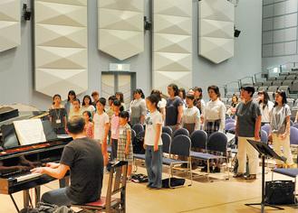 河崎義氏の指導により練習する市民合唱団のみなさん。