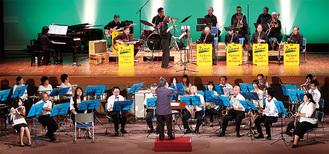 合同で演奏を披露したZAMAビッグバンドジャズオーケストラ(上段)と仙北吹奏楽団(提供写真)