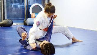 いつも一緒に練習しているという坪川楽くんに技をかける木村さん