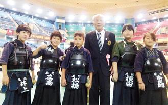 全国大会で中川さんと一緒に写るざま銃剣道こども道場の生徒たち