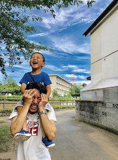 昨年の最優秀賞作品ペンネーム・トミー「パパの肩車は日本一」(提供写真)