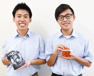 クラス代表の渡辺さん(左)と伊藤さん。特産品のわかめと縁起物キャラクター「オクトパス君」のグッズの販売も行う