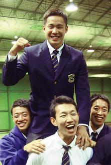 同級生らに担がれ満面の笑みを浮かべる遠藤選手=10月17日 東海大相模