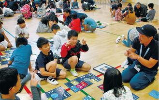 ゴミを救う方法を一生懸命考え、話し合う子どもたち=10月23日、立野台小