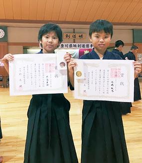 賞状を持つ松橋龍馬さん(右)と左高隼翔さん