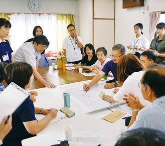 カレンダーとマップの作成に向け話し合うアクティブ東原のメンバー(9月4日、旧緑の家)