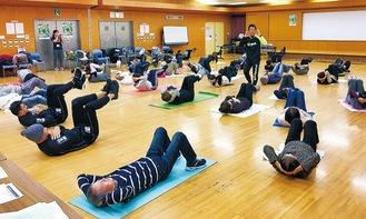 参加者は、現役選手と一緒にトレーニングに取り組んだ=11月28日