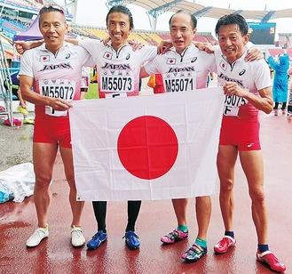 金メダル獲得を喜ぶ内田さん(右から2人目)(提供写真)