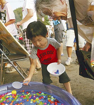 子ども賑わう祭り