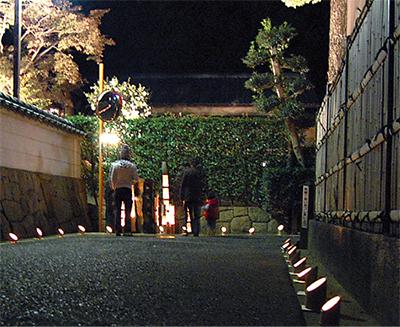 竹灯りでともす街なみ