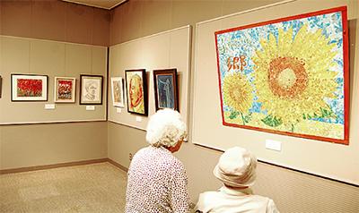 高齢者の芸術作品集う